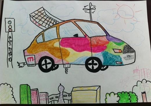 然后,将太阳能板安装到车顶,在给螺旋桨持续提供能量的同时还解决了